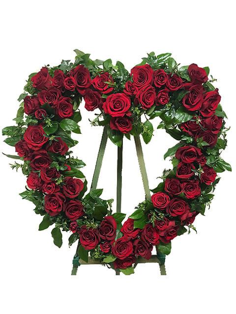 corona a forma di cuore con rose rosse
